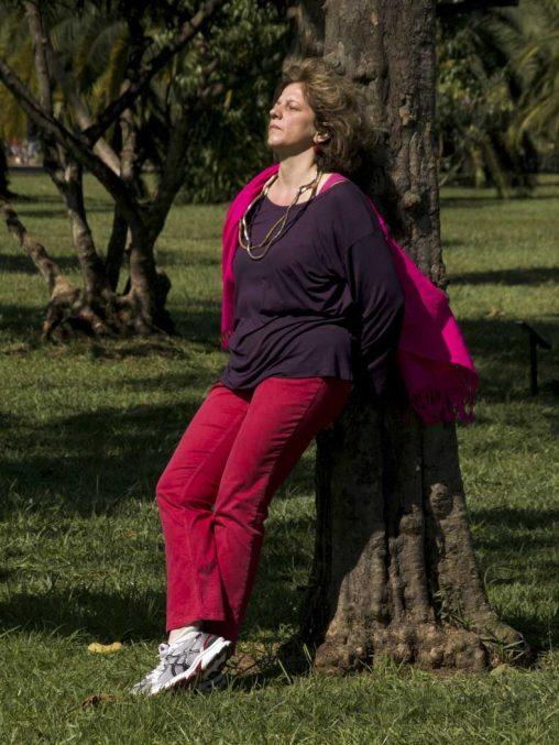 Zuhörerin am Baum | Listener leaning at a tree