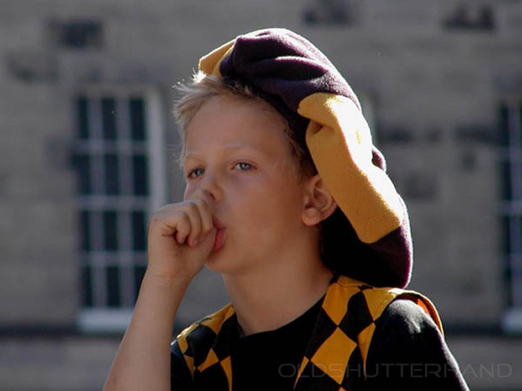 Daumenlutschender Junge in Edinburgh