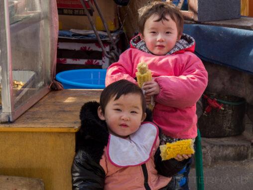 Kinder mit Maiskolben
