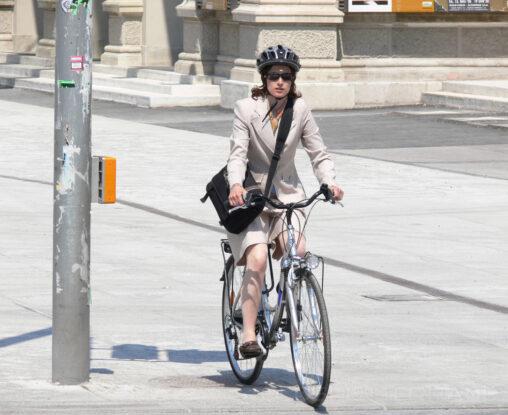 junge Frau auf Fahrrad