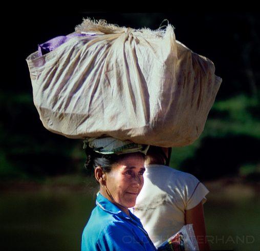 Frau mit Kopflast