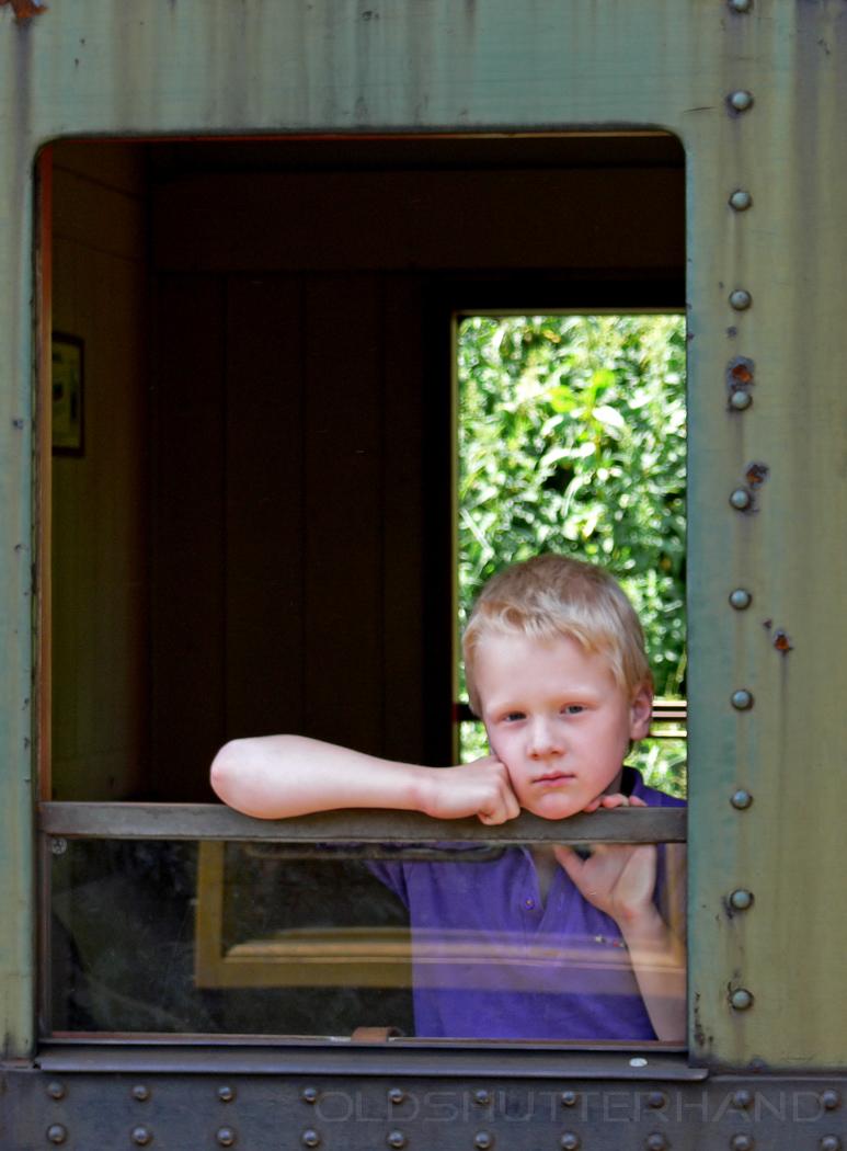 Fahrgast Junge aus dem Fenster schauend
