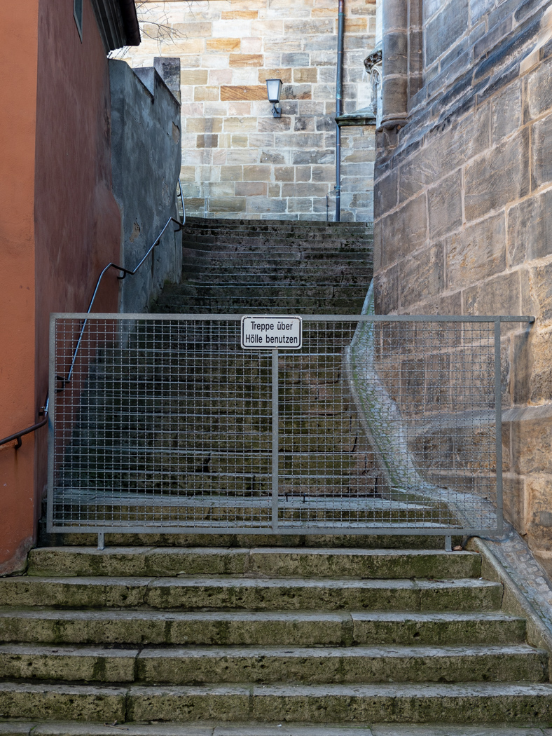 Treppe über Hölle benutzen