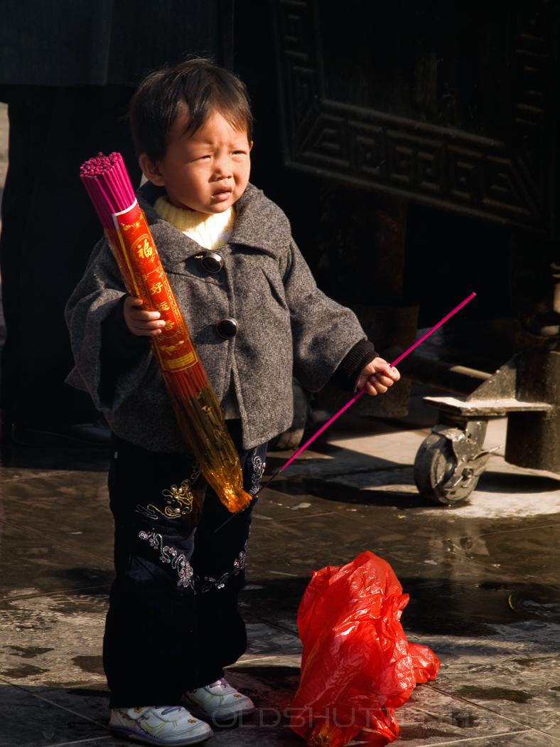 Junge mit Räucherstäbchen