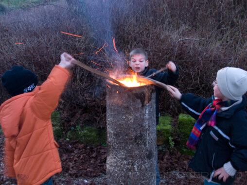 Kinder am Feuer