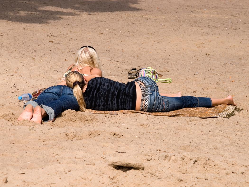 Mädchen am Strand der Newa
