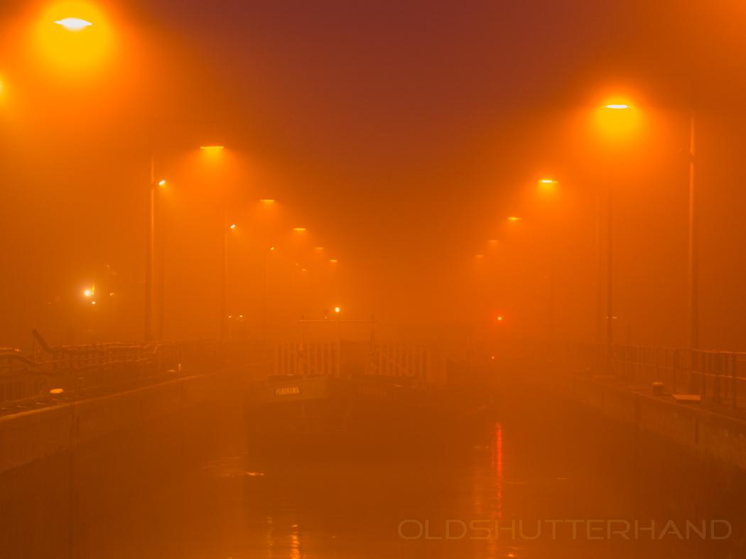 Schiff in der Schleuse mit Nebel