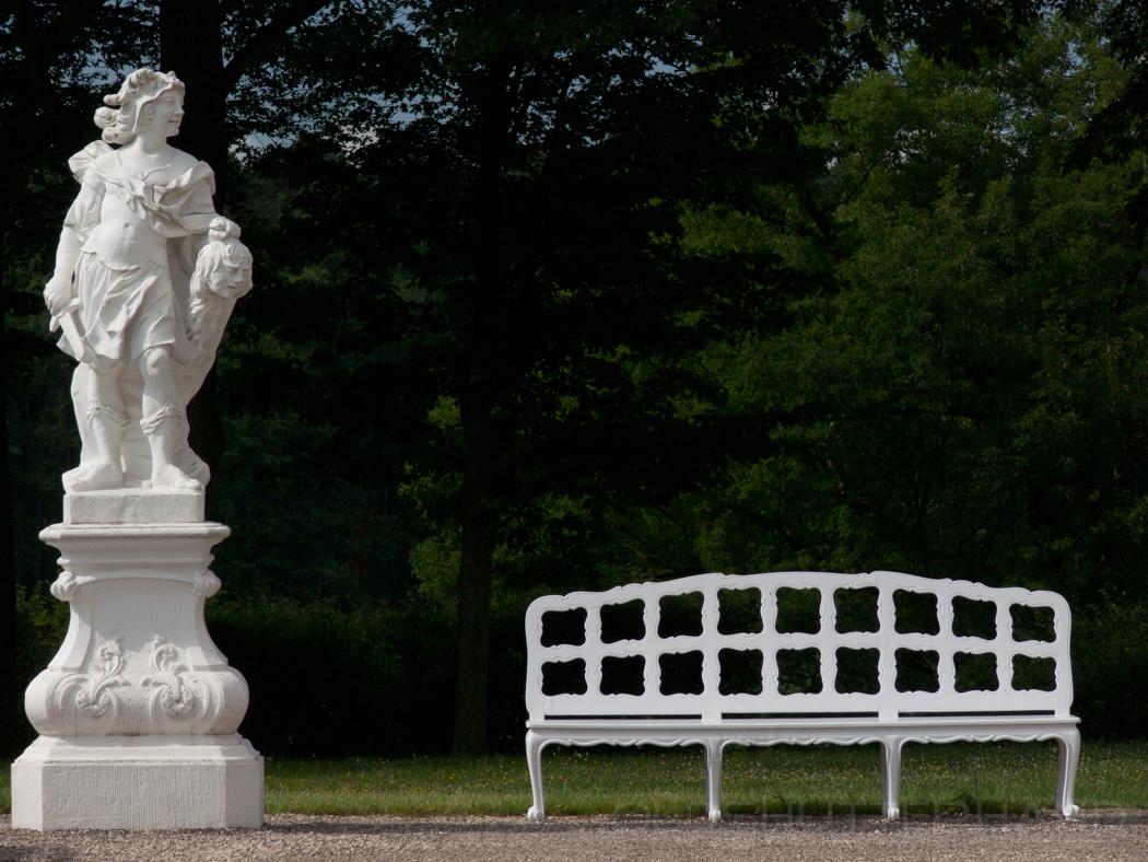 Statue Judith und Holofernes mit Bank