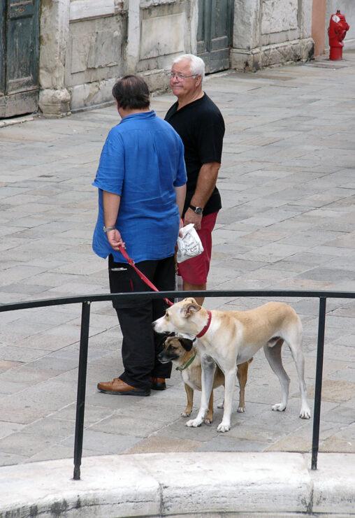 Männer mit Hunden