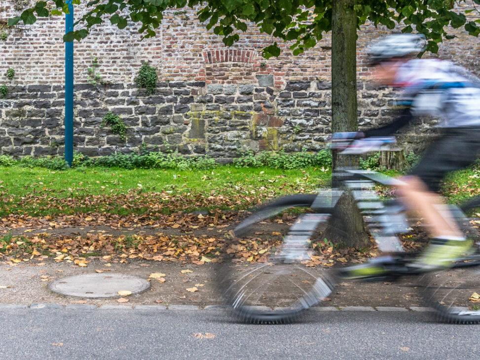 Radfahrer am Rheinufer