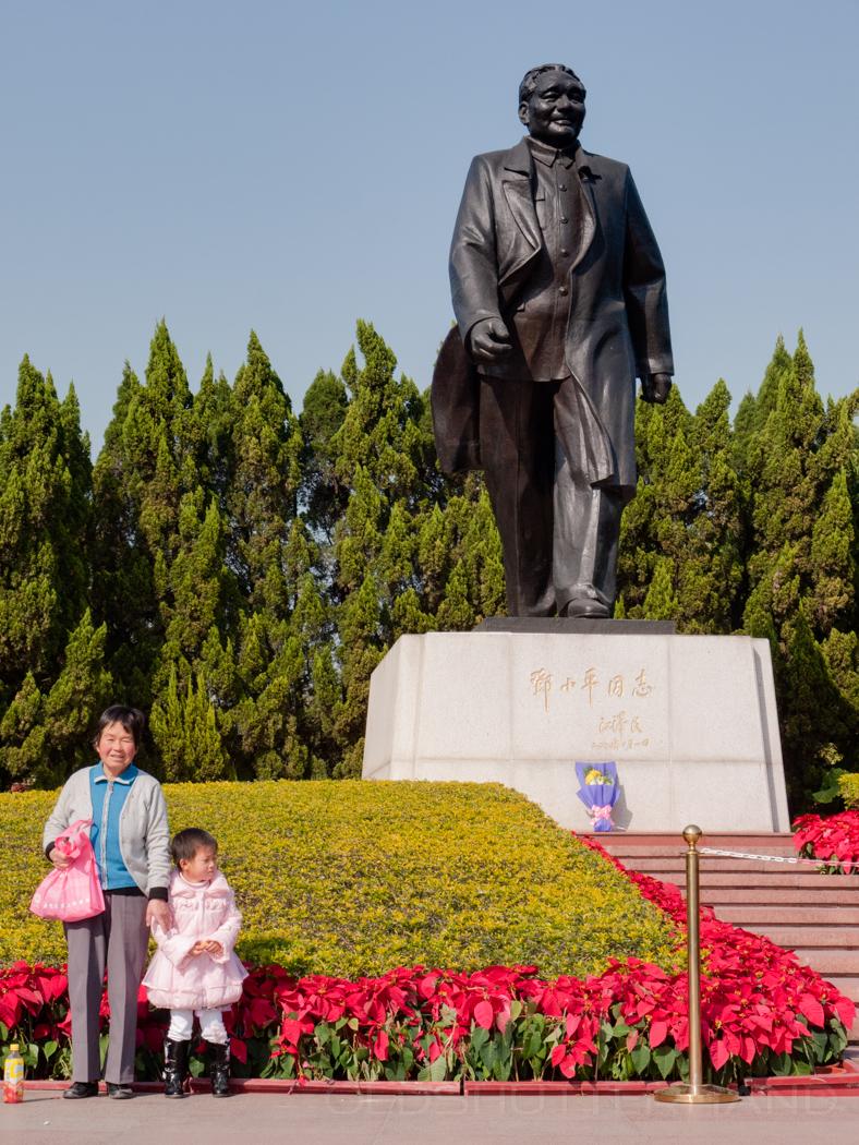 vor dem Deng Denkmal