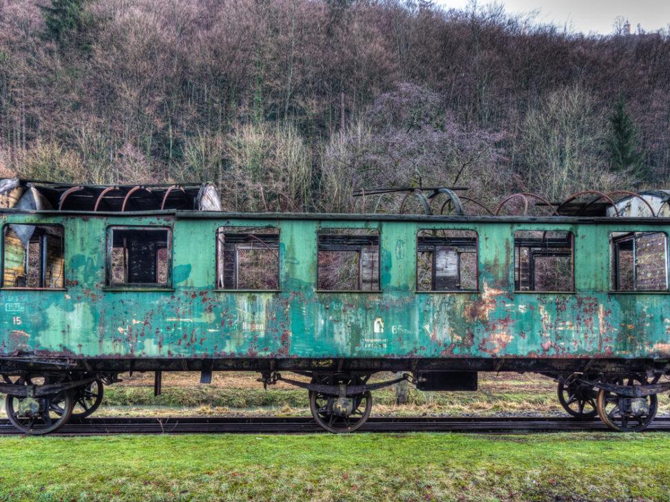 Ruine eines Eisenbahnwagens im Bahnof Behringersmühle
