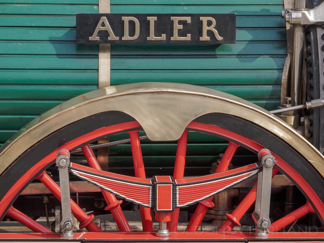 historischer Eisenbahnzug mit Adler Lokomotive