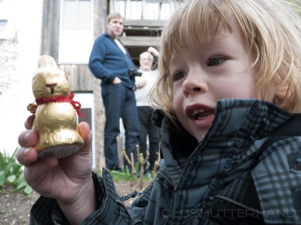 Kind und Osterhase aus Scholkolade