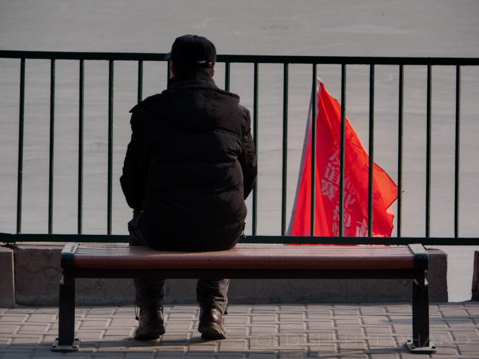 Mann mit roter Fahne