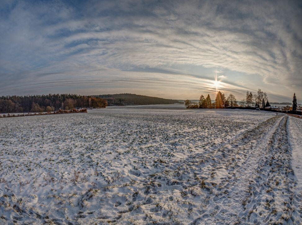 Schneefeld mit Sonne