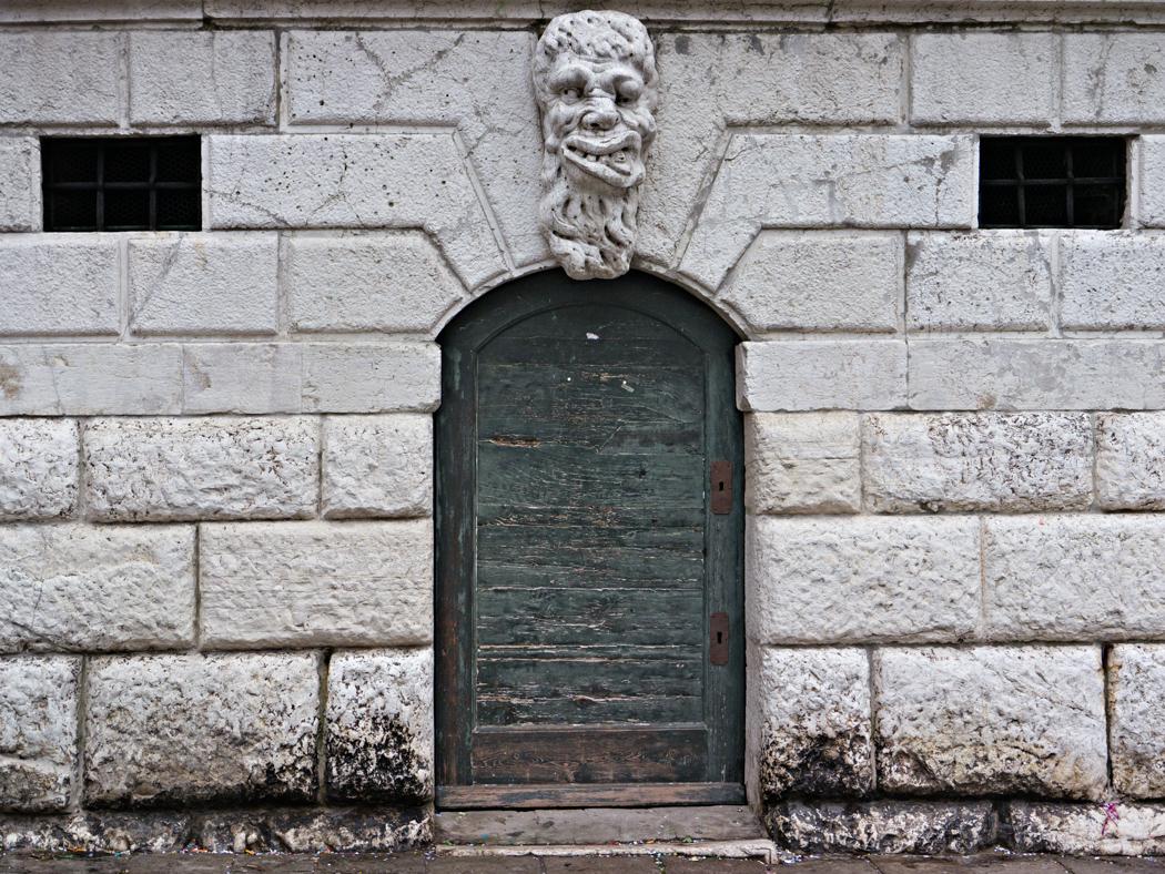 Tür mit Maske