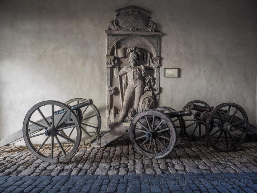 Grabplatte und Kanonen auf der Altenburg in Bamberg