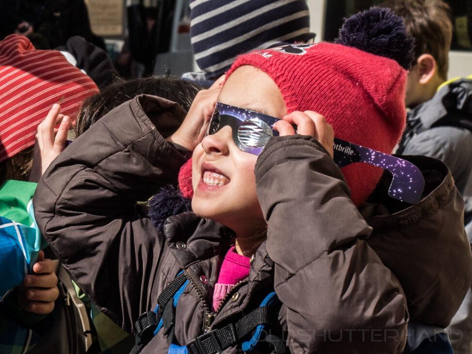 Mädchen beim beobachten der Sonnenfinsternis 2015