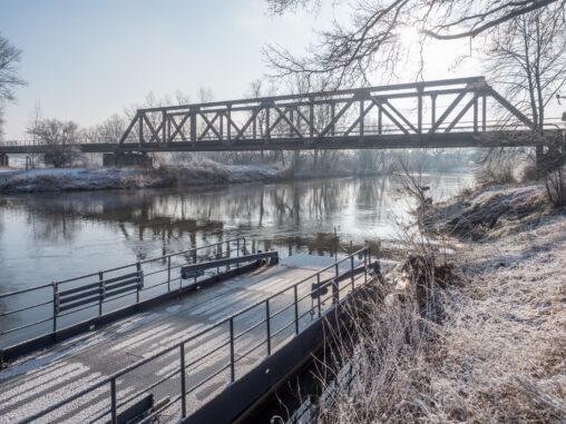Fähre und Eisenbahnbrücke in Pettstadt