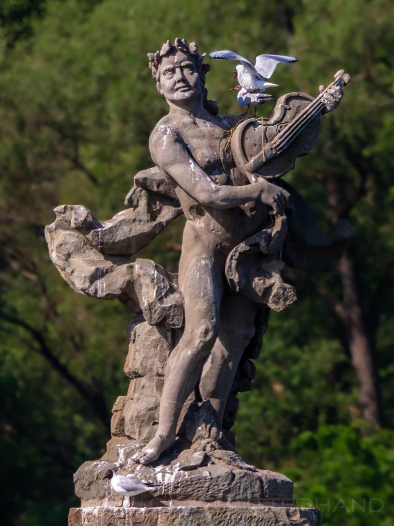 Steinerne Barockstatue mit Mövennest
